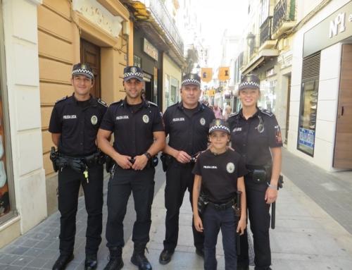 ZAFRA – Mario Suárez se convierte en Policía Local por un Día al ganar el I Concurso de Dibujo sobre la policía.