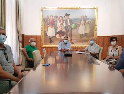 ALMENDRALEJO – El alcalde acuerda con la Plataforma de Afectados por el IBI la apertura de una oficina para prestar servicio a los vecinos
