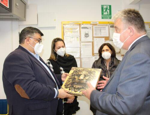 LOS SANTOS DE MAIMONA – El alcalde Manuel Lavado visita las instalacciones recién reformadas de la Oficina de Correos de la localidad.