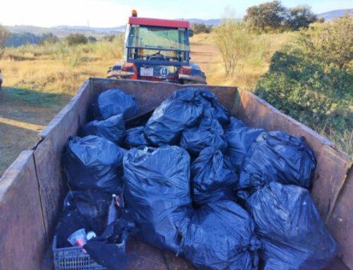 """FUENTE DEL MAESTRE – El Servicio de Jardinería del Ayuntamiento recoge más de 400 kilos de basura de la finca """"Los 10 Ojos"""""""