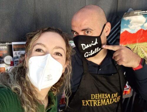 SOCIEDAD – Éxito de convocatoria de El Sahugo y las hamburguesas solidarias del cocinero extremeño David Gibello.
